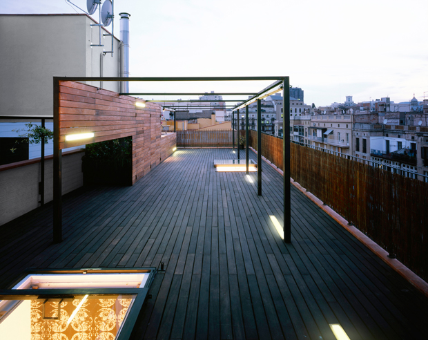 01_Lightned-terrace-in-BCN_night-deck_sliding-skylights